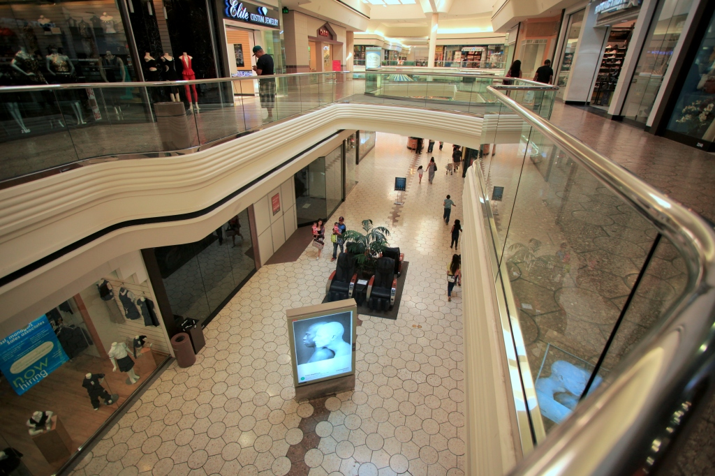 Fewer people visit the Hilltop Mall. (Photo by Fan Fei)